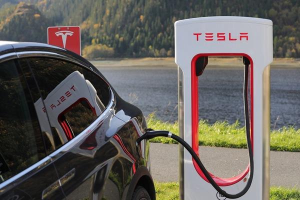 テスラ、4200万元を投資し、上海で充電スタンドを生産へ